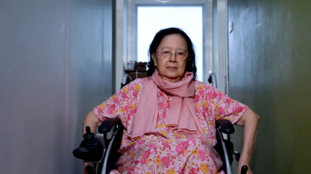 stockvideo's en b-roll-footage met asian senior woman show thailand's greeting style on wheelchair - oost aziatische cultuur