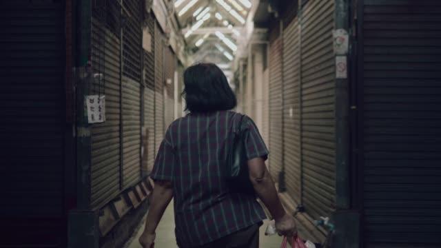 wandern mit einkaufstasche senior asiatin - antique shop stock-videos und b-roll-filmmaterial