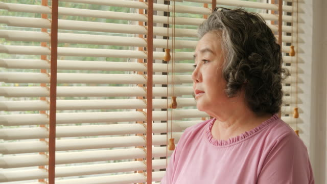 悲しい感情をアジアの年配の女性。シニアのライフ スタイルの家族概念。 ビデオ