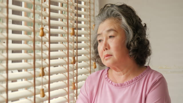 悲しい感情をアジアの年配の女性。シニアのライフ スタイルの家族概念。 - 女性 落ち込む点の映像素材/bロール