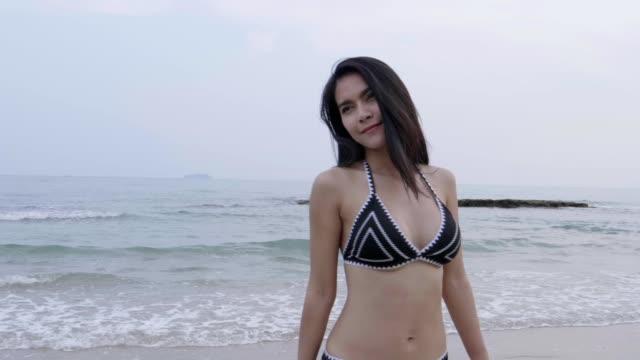 Femme sexy asiatique marchant sur la plage - Vidéo