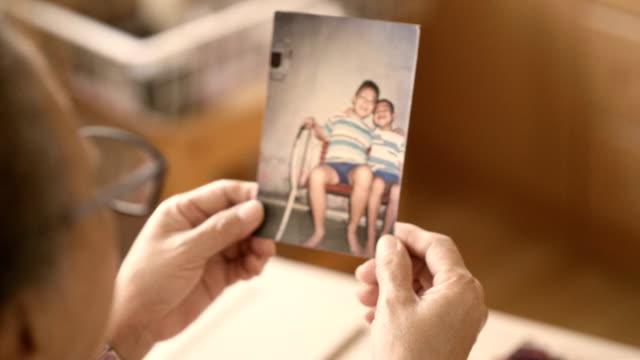 vídeos de stock e filmes b-roll de asian sibling - criança perdida