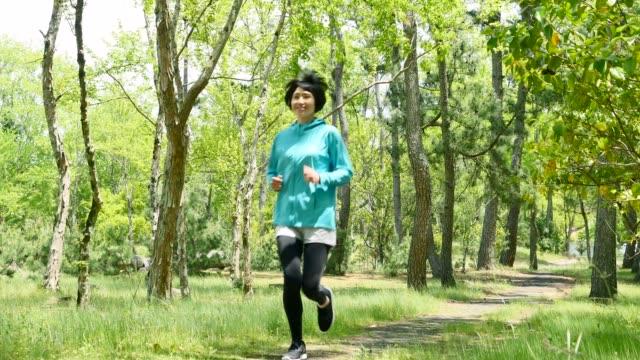 vidéos et rushes de sportive asiatique dans la forêt - seulement des japonais