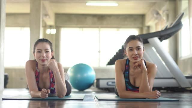 stockvideo's en b-roll-footage met aziatische sportieve vrouw, model met rust en ontspanning na yogales, neem een foto van fotograaf. - acteur