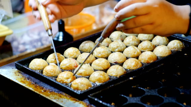 asian street food. chicken wings in the form of balls are prepared in a special frying pan. thailand - banchi di pesci video stock e b–roll