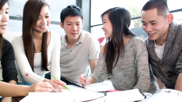 アジアでの学生の家 - 大学点の映像素材/bロール