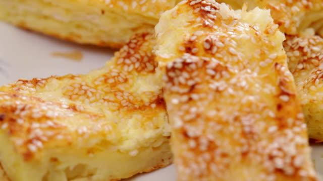 azjatycki styl sera ciasto z ziarna sezamu - chleb pita filmów i materiałów b-roll