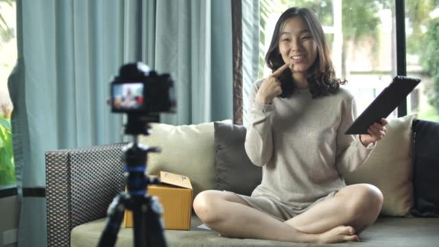 kamera asya konuşma, evde vlog - fotoğraf teması stok videoları ve detay görüntü çekimi