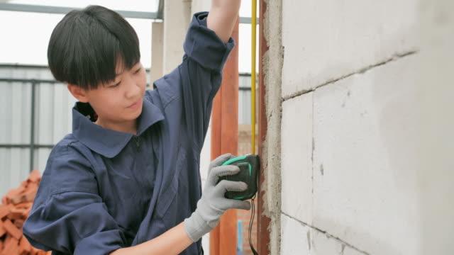 함께 주택 프로젝트의 자원 봉사 작업 건설의 아시아 십대 소녀. 십대 행동주의 - giving tuesday 스톡 비디오 및 b-롤 화면