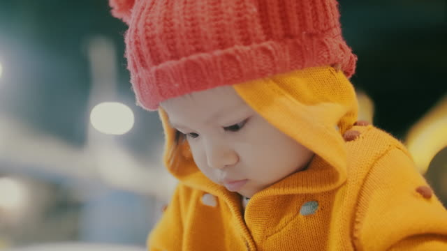 asiatische kleinkind spielen im schnee - 2 3 jahre stock-videos und b-roll-filmmaterial