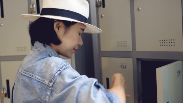 vídeos de stock, filmes e b-roll de bolsa de turismo asiático no armário - armário com fechadura
