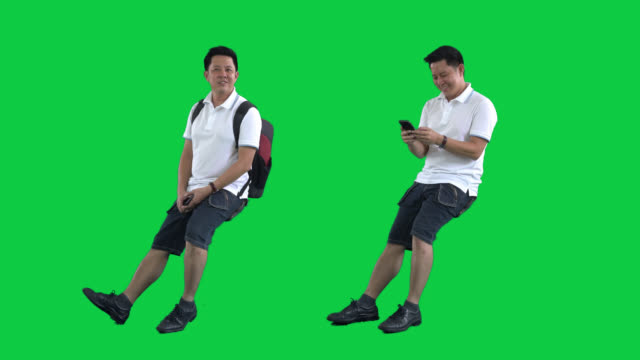 asiatiska turist man på grön skärm, 4k film med alfa chanel.codeck-png + alpha. - sitta bildbanksvideor och videomaterial från bakom kulisserna