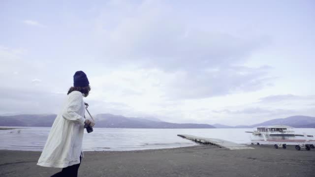 河口湖の美しい景色を見てアジア観光女性 ビデオ