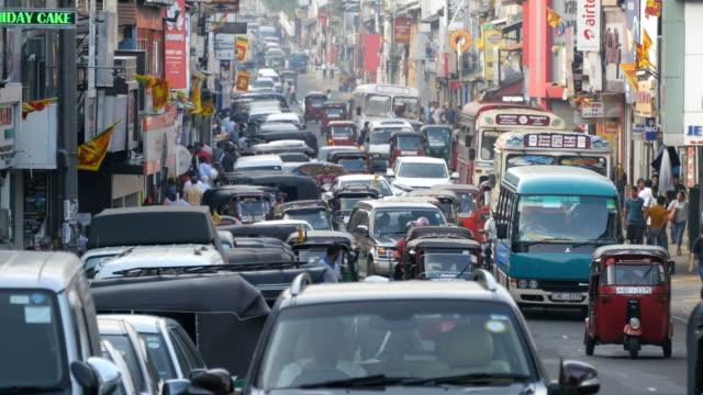 vídeos de stock e filmes b-roll de kandy, sri lanka - february 11, 2017:asian traffic. background of bustling big city with many people and cars. close up - sri lanka