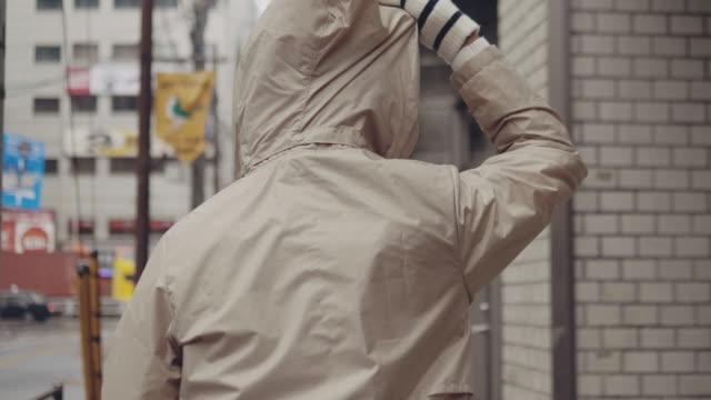冬の通りを歩いているアジアの旅人 - ファッション業界点の映像素材/bロール