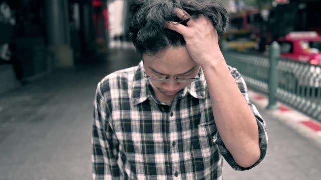 asiatiska arbetslös man stressad. ångest i vuxen orsaka till depression och ett problem i att leva som drar du ner till känsla sorg, ensam och orolig. - kinesiskt ursprung bildbanksvideor och videomaterial från bakom kulisserna