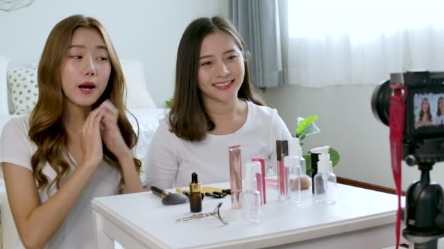 asiatische frau blogger in der küche zeigt, wie man kosmetika macht und verwendet. - bloggen stock-videos und b-roll-filmmaterial