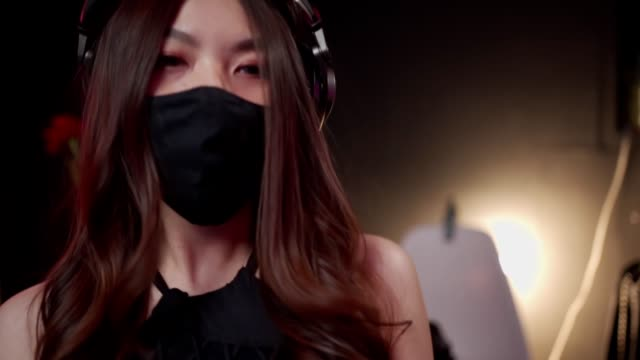 vídeos de stock e filmes b-roll de asian woman dj wear black mask dancing to the music, enjoy the party, mixing turntable, asian female in night club, quarantine covid-19, close up action movement fun, hype turn the beat up - covid hair