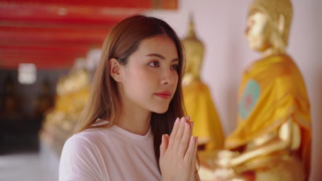 vídeos de stock e filmes b-roll de asian woman enjoying for landmark of bangkok wat pho in bangkok city - buda