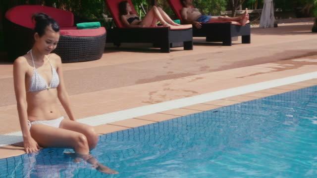 asiatische frau und mädchen entspannend im resort-swimmingpool, sommerurlaub - kambodschanische kultur stock-videos und b-roll-filmmaterial
