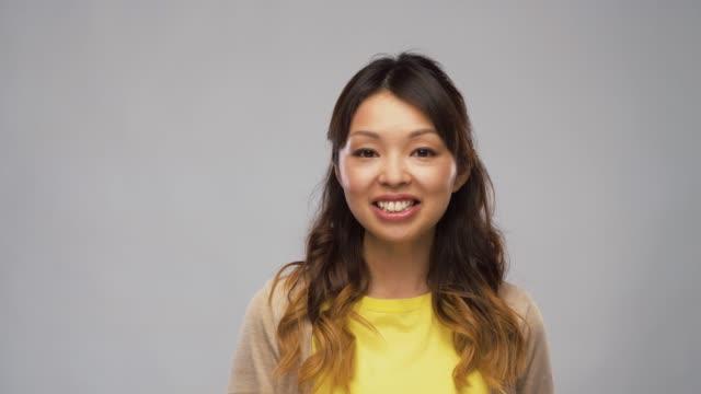 ビデオインタビューと話をしているアジアの女性 - スタジオ 日本人点の映像素材/bロール