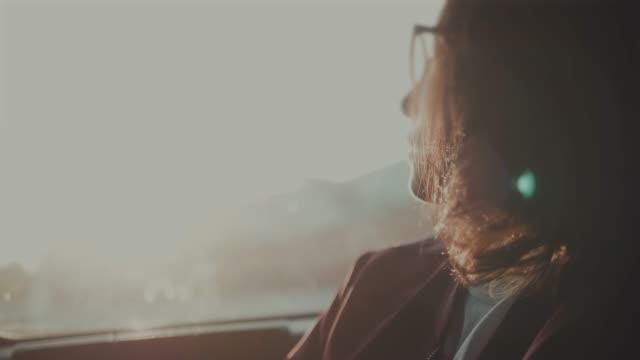 亞洲婦女在計程車 - 看窗外 個影片檔及 b 捲影像