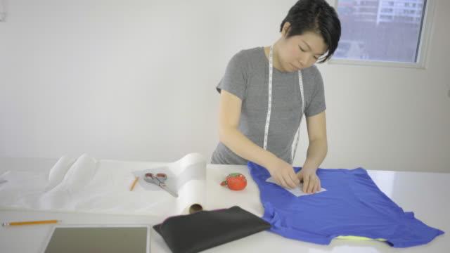 vídeos y material grabado en eventos de stock de mujer asiática en urbana bajo techo en 4 k - bocetos de diseños de moda