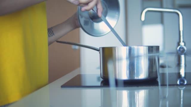 vídeos de stock, filmes e b-roll de mulher asiática fazendo sopa de manhã. - comida feita em casa