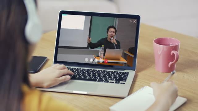 asiatische frau online-lernkonferenz mit instruktor über laptop - abgeschiedenheit stock-videos und b-roll-filmmaterial