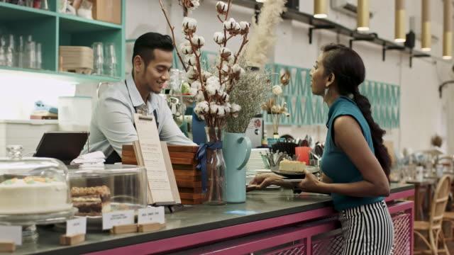 vídeos de stock e filmes b-roll de asian woman ordering and paying at coffee shop - pagar