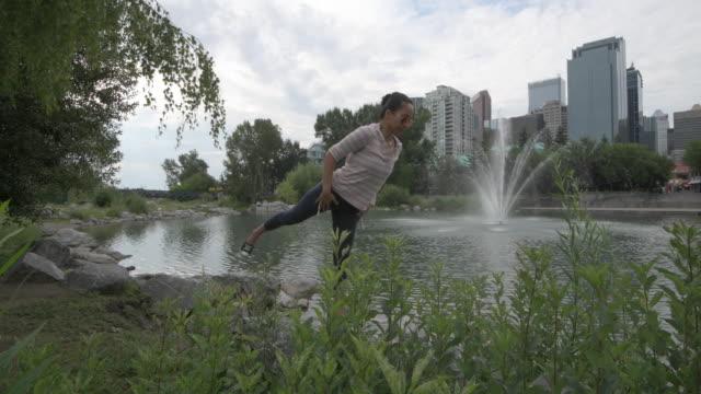 Asiatische Frau Praktiken Yoga bewegt sich im städtischen Umfeld – Video