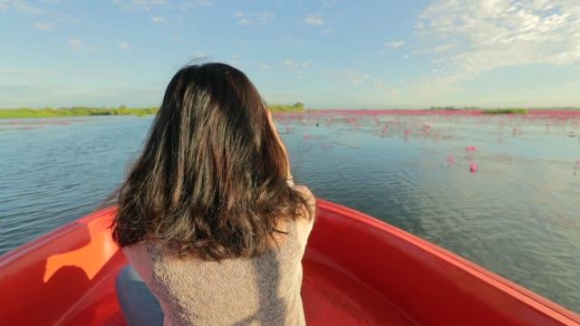 asiatisk kvinna avkopplande och tittar på view sjön på tur båten på morgonen, ultrarapid, konceptet kvinna solo resor - turistbåt bildbanksvideor och videomaterial från bakom kulisserna
