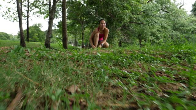 asiatisk kvinna kör i gröna omgivningar på offentliga park - tävlingsdistans bildbanksvideor och videomaterial från bakom kulisserna