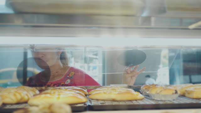 식료품을 쇼핑 하는 아시아 여자입니다. - 식빵 한 덩어리 스톡 비디오 및 b-롤 화면