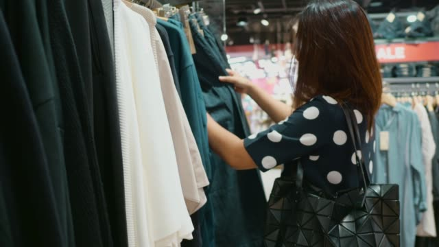 vidéos et rushes de asiatique femme shopping dans mall. - culture japonaise