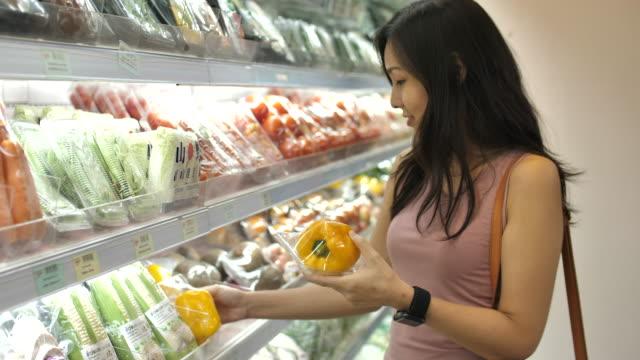 asiatische frau einkaufen im supermarkt - vegetarisches gericht stock-videos und b-roll-filmmaterial