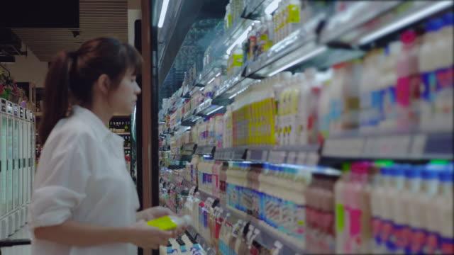 アジアの女性スーパー マーケットでショッピング - 籠点の映像素材/bロール