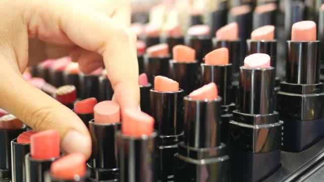 stockvideo's en b-roll-footage met aziatische vrouw winkelen lipstick - make up