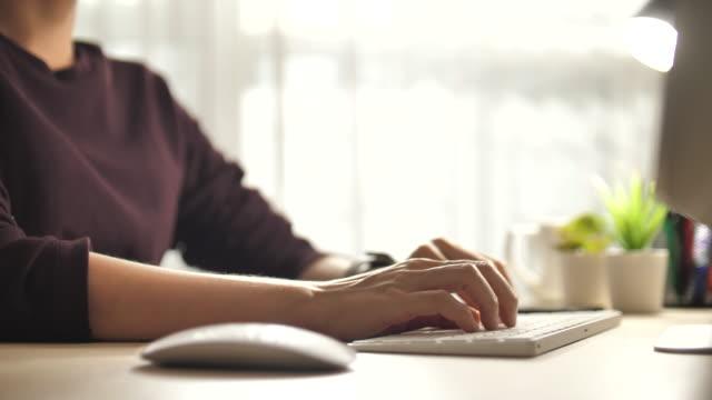 아시아 여자 입력 에 컴퓨터 키보드 에 홈 - 컴퓨터 사용 스톡 비디오 및 b-롤 화면