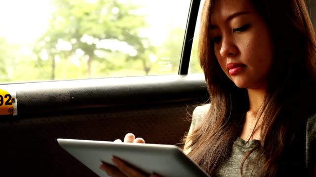 vídeos de stock e filmes b-roll de mulher asiática usando tablet digital - stabilized shot