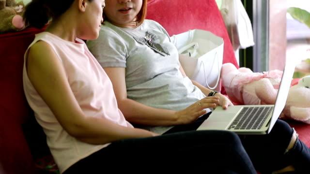 vídeos de stock e filmes b-roll de mulher asiática usando laptop no escritório - envolvimento dos funcionários