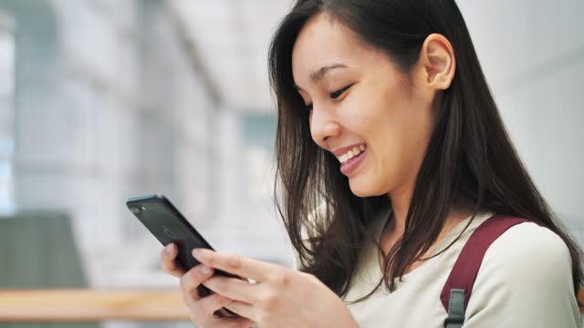 asiatisk kvinna med smart telefon - endast unga kvinnor bildbanksvideor och videomaterial från bakom kulisserna