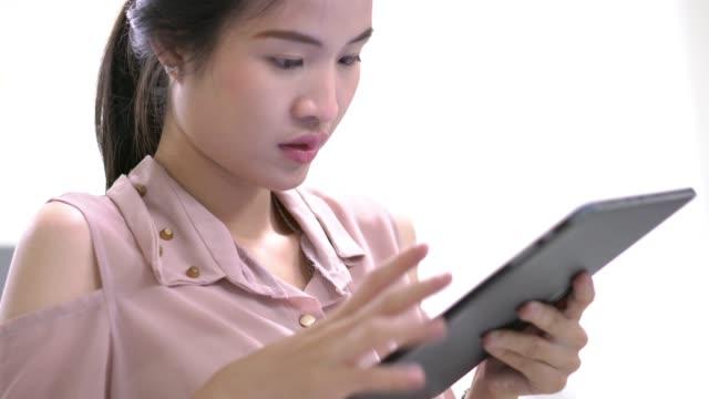 アジアの女性は、学校でタブレット pc コンピューター教室を屋内で使用します。教育と技術の概念。 ビデオ
