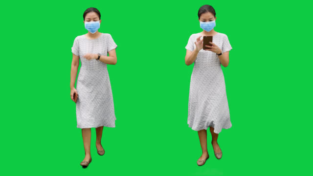 外科マスクで歩くアジアの女性.4K映像とアルファchanel.codeck-PNG +アルファ。 ビデオ