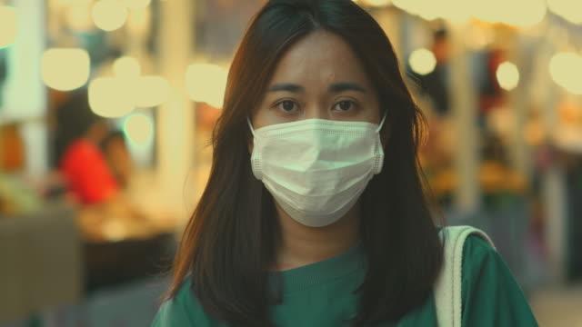 위생 마스크를 가진 아시아 여자 - 청년 성인 스톡 비디오 및 b-롤 화면