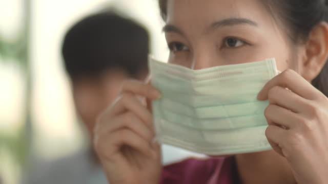 asian woman with hygienic mask - nakładać filmów i materiałów b-roll