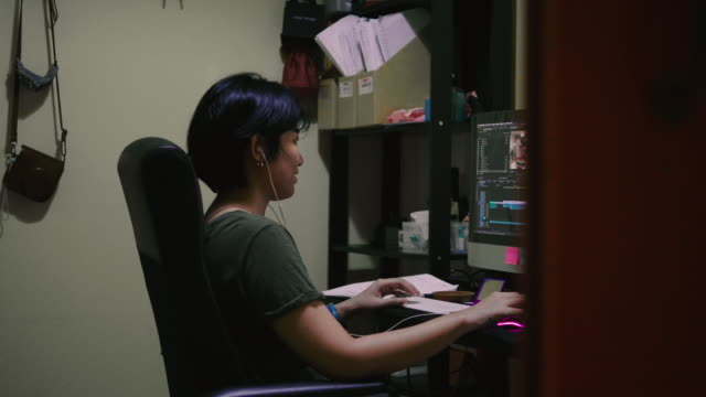 asian woman working on laptop at home - piccolo ufficio video stock e b–roll