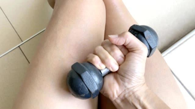 allenamento donna asiatica con manubrio - arto umano video stock e b–roll