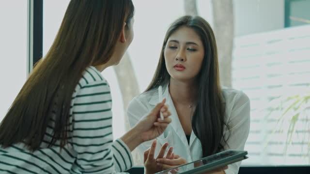 アジアの女性は真剣に会議チームと相談します。ビジネスウーマンのブレーンストーミング 計画戦略で.就職の面接を行う。病院で医師の相談を話している女性。コンセプトチームワーク - マレーシア点の映像素材/bロール