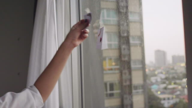 stockvideo's en b-roll-footage met diy: aziatische vrouwen versieren home met foto - photography curtains